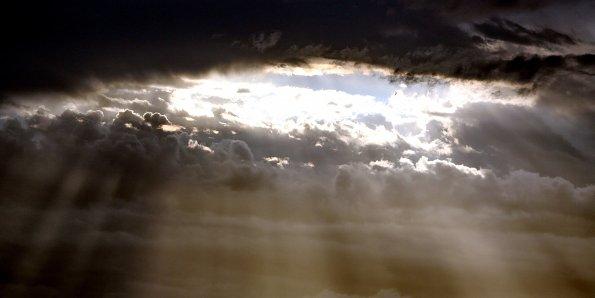 Lichtstrahlen im Wolkenhimmel