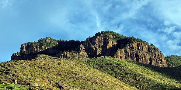 Gruene Berglandschaft