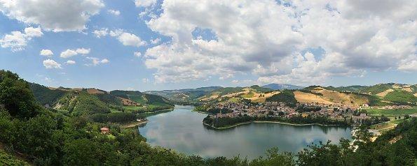 Romantisches Dorf am See